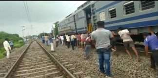 laborers pushed wagon of train in madhya paradesh harda timrani railway station