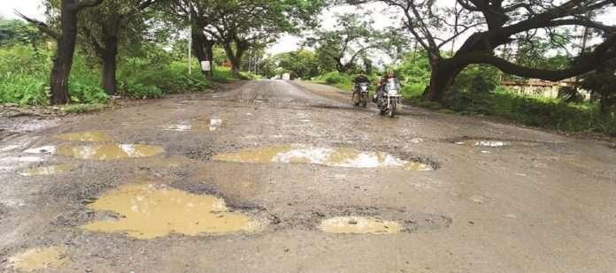 rain of pathhols in mahad MIDC road