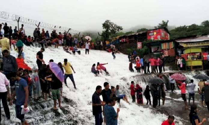 huge crowds at tourist spots in corona restrictions