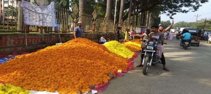 Markets decorated for Dussehra; The price of marigold flowers went up