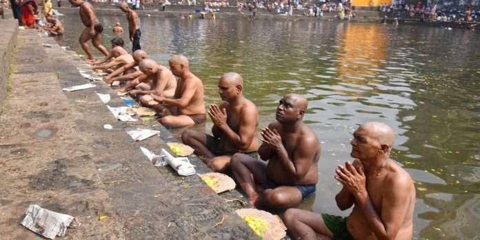 Pitru Paksha 2021 Hindu devotees perform Pitru Paksha at Banganga in Walkeshwar