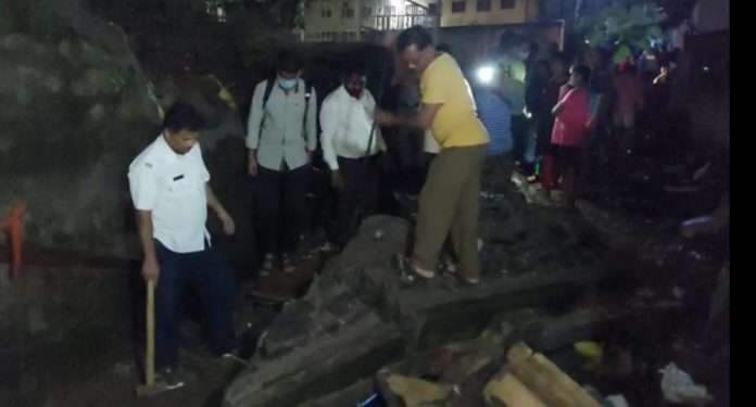 two deaths for wall collapse in Ambernath