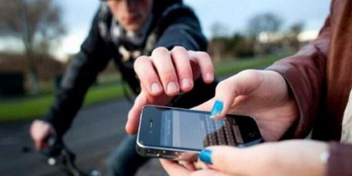 Mumbai Police destroy hub of stolen mobiles at Govandi