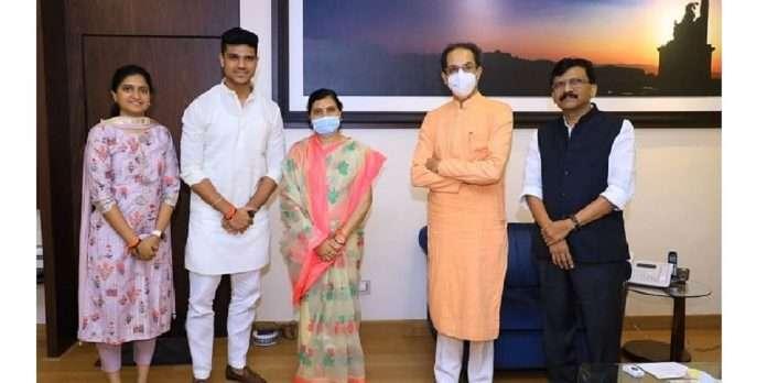 late mohan delkars wife kalaben and son abhinav will join shivsena