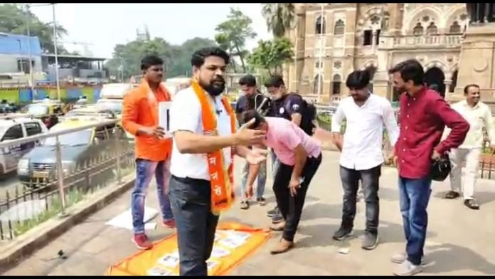 mns protest front of bmc office for mumbai potholes